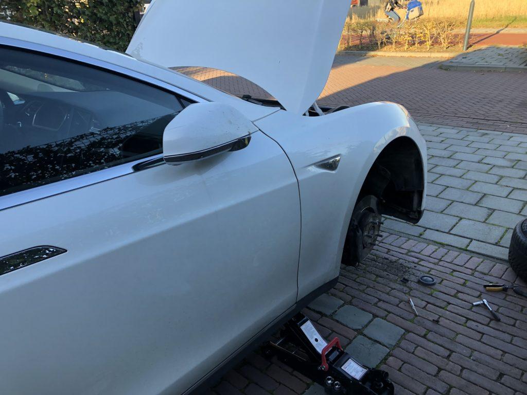 Replacing Xeon headlight bulb on Tesla Model S (2013) – Widodh